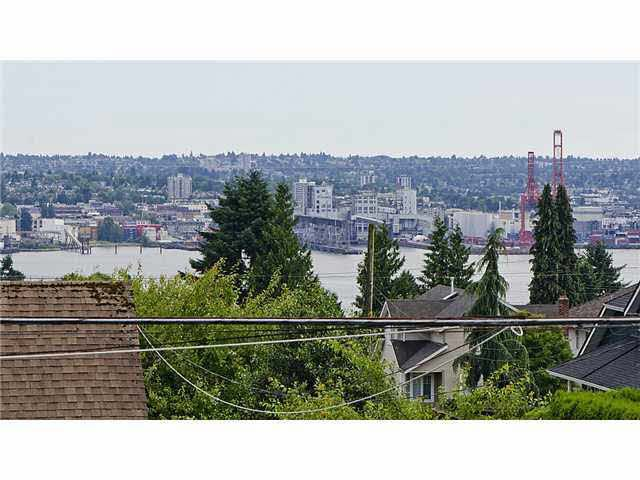 Photo 4: Photos: Moody Ave in North Vancouver: Queensbury House for rent