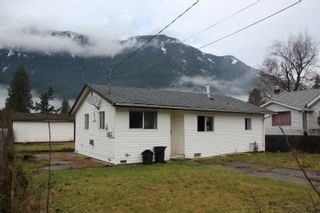 Photo 2: 274 CARIBOO Avenue in Hope: Hope Center House for sale : MLS®# R2426131