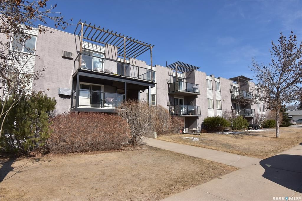 Main Photo: 38 315 East Place in Saskatoon: Eastview SA Residential for sale : MLS®# SK845736
