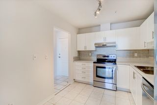 """Photo 5: 302 15272 20 Avenue in Surrey: King George Corridor Condo for sale in """"WINDSOR COURT"""" (South Surrey White Rock)  : MLS®# R2602233"""