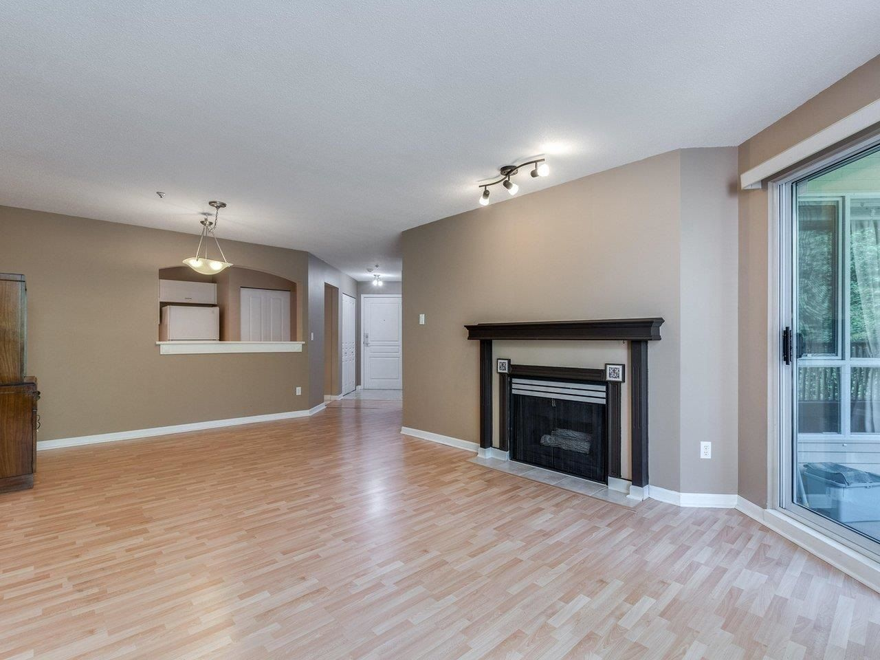 """Photo 8: Photos: 320 1252 TOWN CENTRE Boulevard in Coquitlam: Canyon Springs Condo for sale in """"The Kennedy"""" : MLS®# R2595291"""