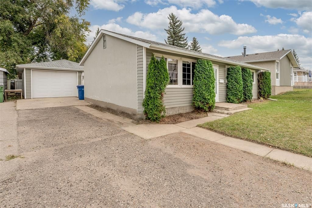 Main Photo: 721 12th Avenue Southwest in Moose Jaw: Westmount/Elsom Residential for sale : MLS®# SK873754