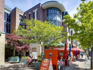 """Photo 4: 201 2665 W BROADWAY in Vancouver: Kitsilano Condo for sale in """"MAGUIRE BUILDING"""" (Vancouver West)  : MLS®# R2580256"""