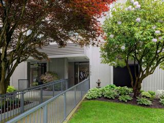 """Photo 3: 904 2165 W 40TH Avenue in Vancouver: Kerrisdale Condo for sale in """"The Veronica"""" (Vancouver West)  : MLS®# R2172373"""