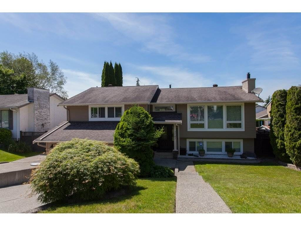 "Main Photo: 3747 SANDY HILL Crescent in Abbotsford: Abbotsford East House for sale in ""Sandy Hill"" : MLS®# R2174274"