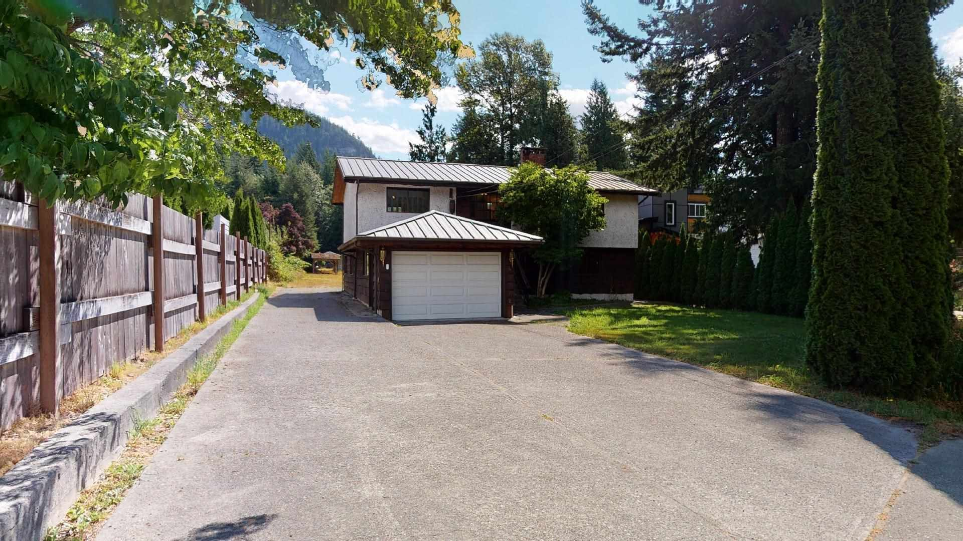 Main Photo: 41772 GOVERNMENT Road in Squamish: Brackendale House for sale : MLS®# R2603967