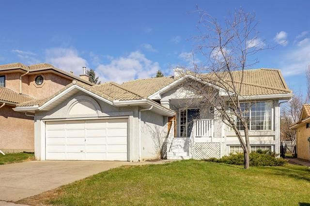 Main Photo: 24 SIGNATURE Way SW in Calgary: Signal Hill Detached for sale : MLS®# C4302567