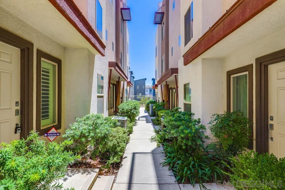 Main Photo: SOUTH ESCONDIDO Condo for sale : 3 bedrooms : 323 Tesoro Glen #109 in Escondido