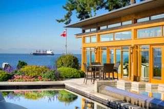 Photo 2: 3190 TRAVERS Avenue in West Vancouver: West Bay House for sale : MLS®# R2408057