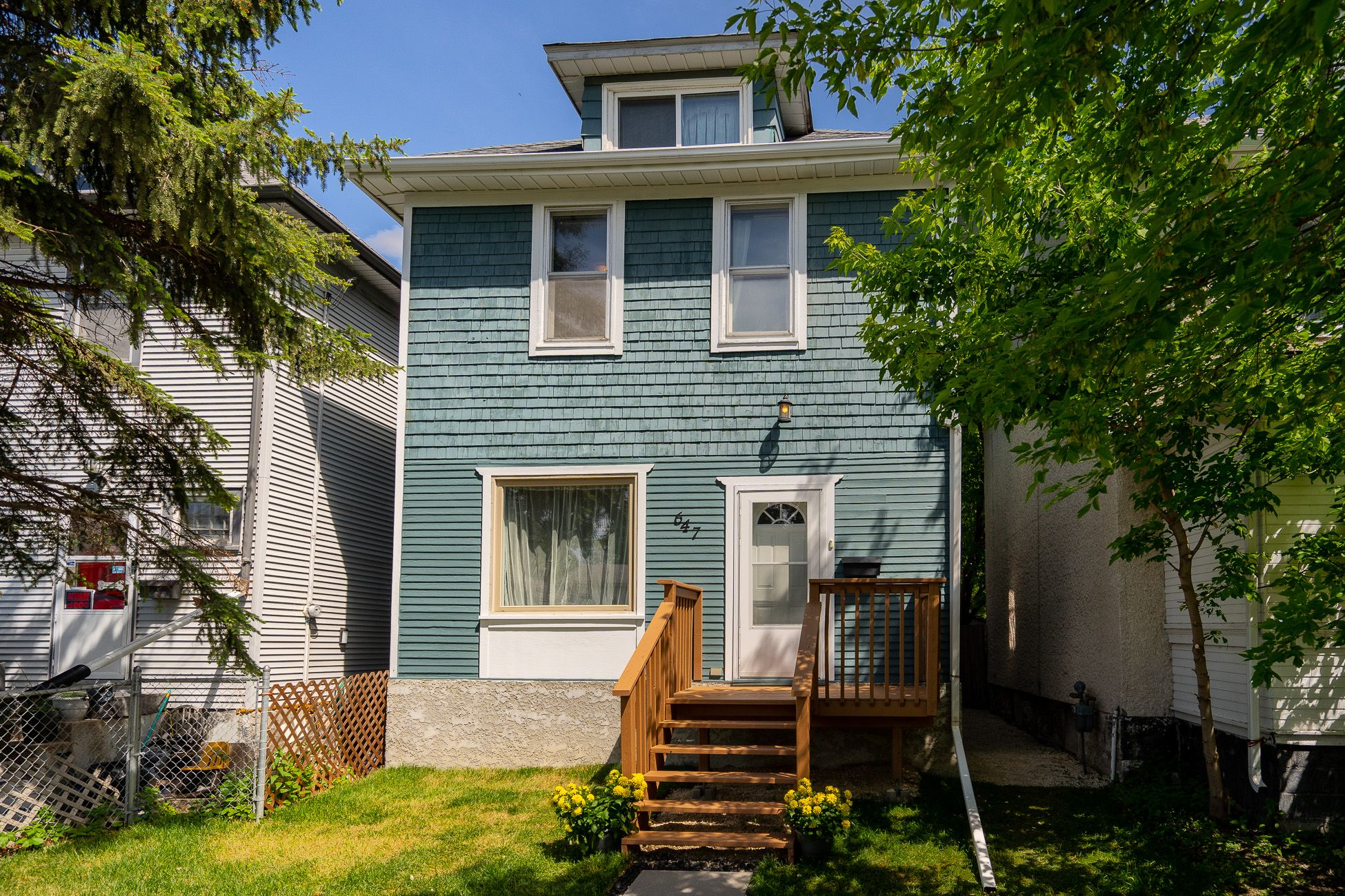 Main Photo: 647 Valour Road in Winnipeg: West End House for sale (5C)  : MLS®# 202114609