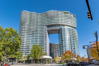 """Photo 1: 812 89 NELSON Street in Vancouver: Yaletown Condo for sale in """"THE ARC"""" (Vancouver West)  : MLS®# R2504656"""