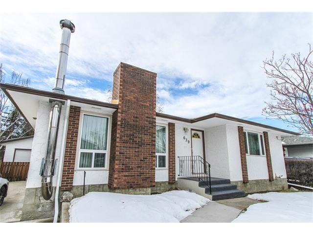 Main Photo: 639 CEDARILLE Way SW in Calgary: Cedarbrae House for sale : MLS®# C4096663