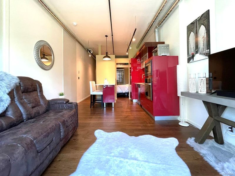 FEATURED LISTING: 325 - 1029 View St