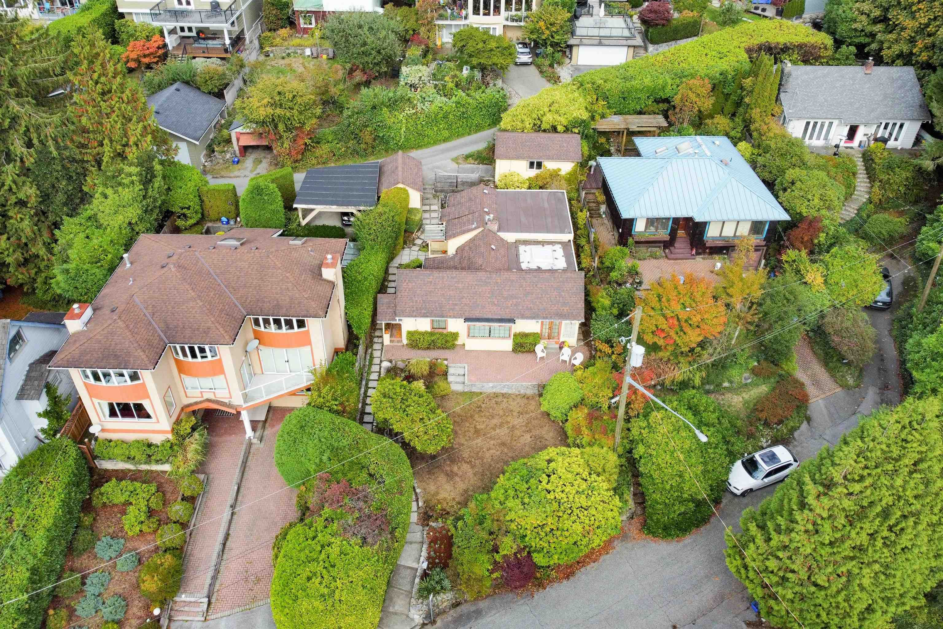 Main Photo: 1029 ESPLANADE Avenue in West Vancouver: Park Royal House for sale : MLS®# R2625304