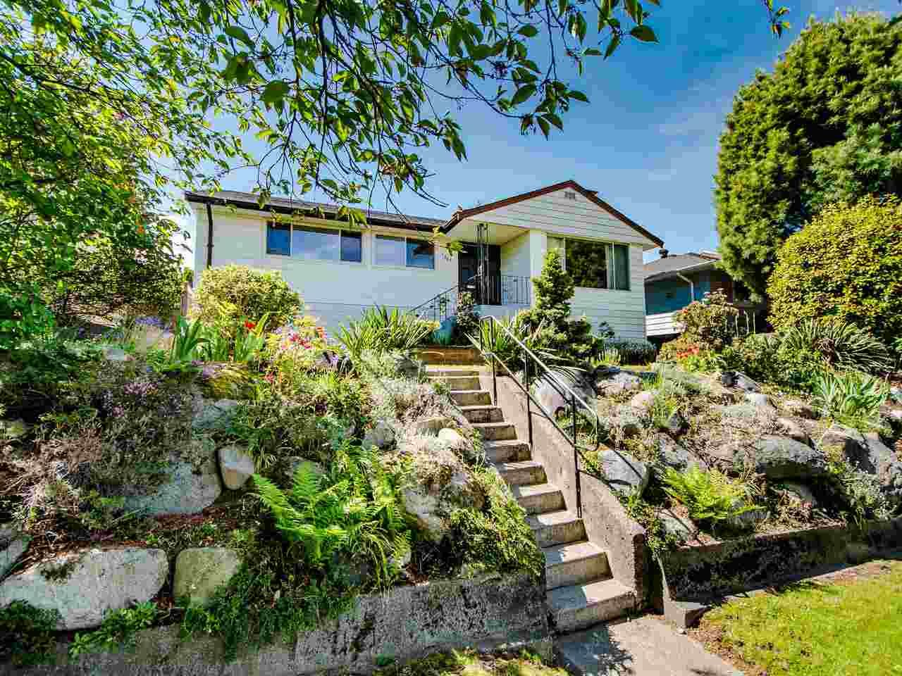 Main Photo: 545 GARFIELD Street in New Westminster: The Heights NW House for sale : MLS®# R2453912
