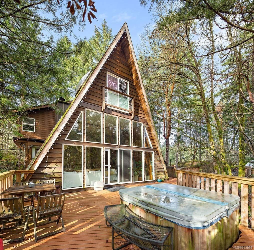Main Photo: 3195 Woodridge Pl in : Hi Eastern Highlands House for sale (Highlands)  : MLS®# 863968