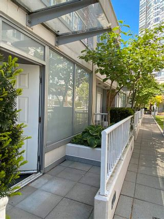 """Photo 2: 39 KEEFER Place in Vancouver: Downtown VW Townhouse for sale in """"THE TAYLOR"""" (Vancouver West)  : MLS®# R2575670"""