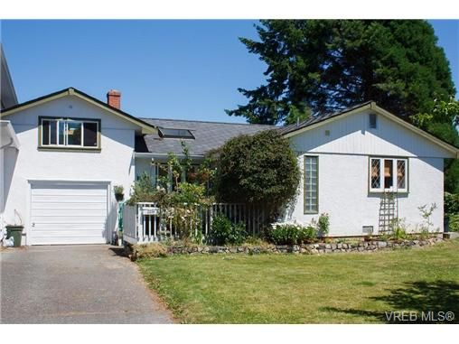 Main Photo: 2238 Edgelow St in VICTORIA: SE Arbutus Half Duplex for sale (Saanich East)  : MLS®# 658376