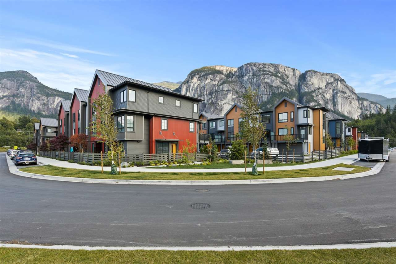 "Main Photo: 1353 VALLEYSIDE Place in Squamish: Downtown SQ Townhouse for sale in ""SEA AND SKY"" : MLS®# R2487745"