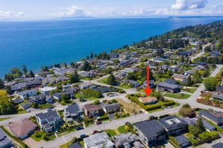 """Photo 4: 14418 BLACKBURN Crescent: White Rock House for sale in """"West Side White Rock"""" (South Surrey White Rock)  : MLS®# R2576581"""