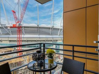"""Photo 10: 2207 33 SMITHE Street in Vancouver: Yaletown Condo for sale in """"COOPERS LOOKOUT"""" (Vancouver West)  : MLS®# R2106492"""
