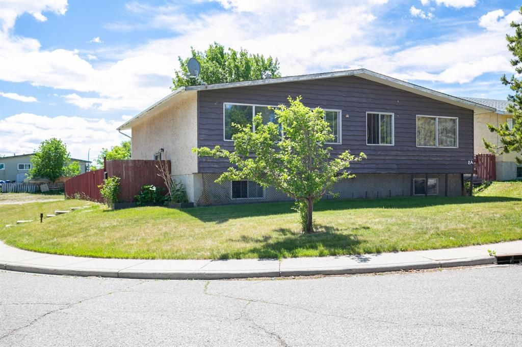 Main Photo: 2 Beaver Dam Place NE in Calgary: Thorncliffe Semi Detached for sale : MLS®# A1124643
