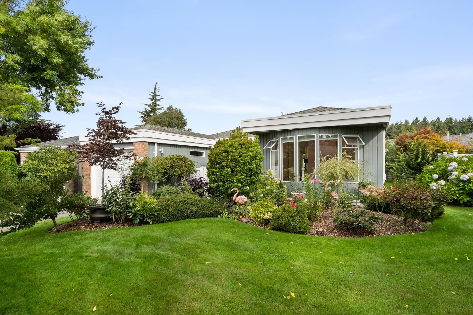 """Main Photo: 109 14271 18A Avenue in Surrey: Sunnyside Park Surrey Townhouse for sale in """"Ocean Bluff Court"""" (South Surrey White Rock)  : MLS®# R2617093"""