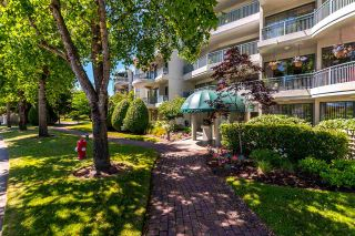 """Photo 2: 301 1785 MARTIN Drive in Surrey: Sunnyside Park Surrey Condo for sale in """"Southwynd"""" (South Surrey White Rock)  : MLS®# R2185400"""