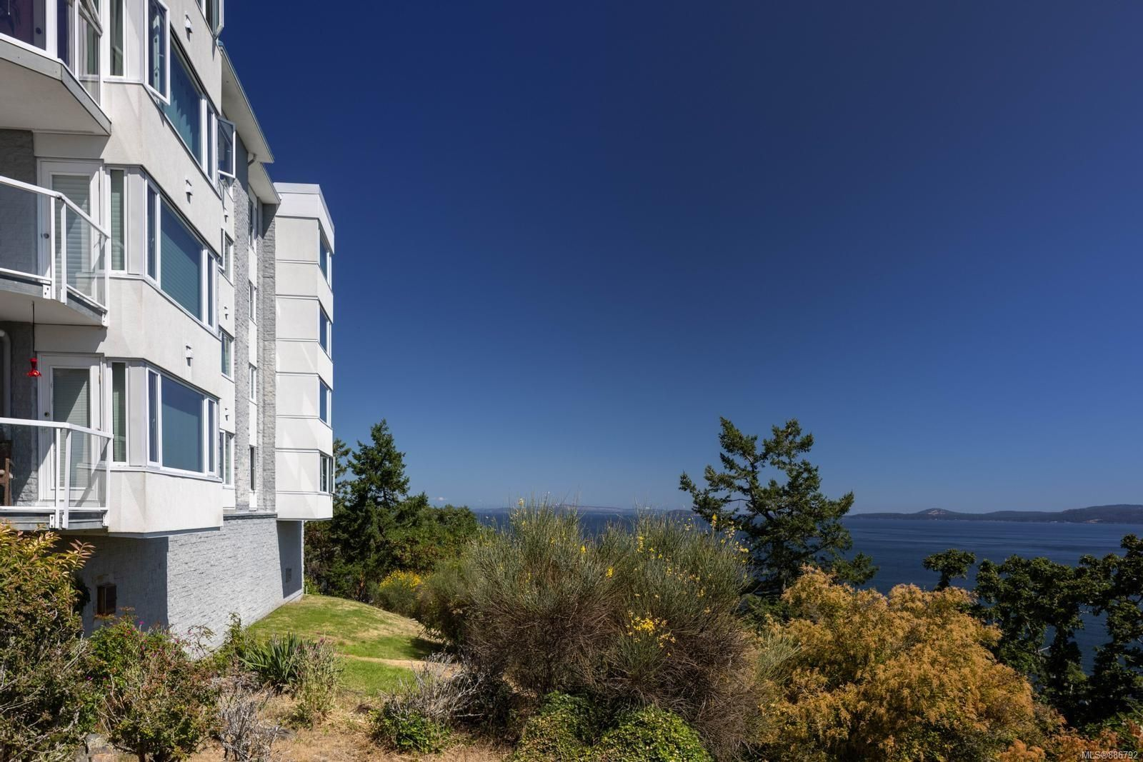 Main Photo: 2201 2829 Arbutus Rd in : SE Ten Mile Point Condo for sale (Saanich East)  : MLS®# 886792