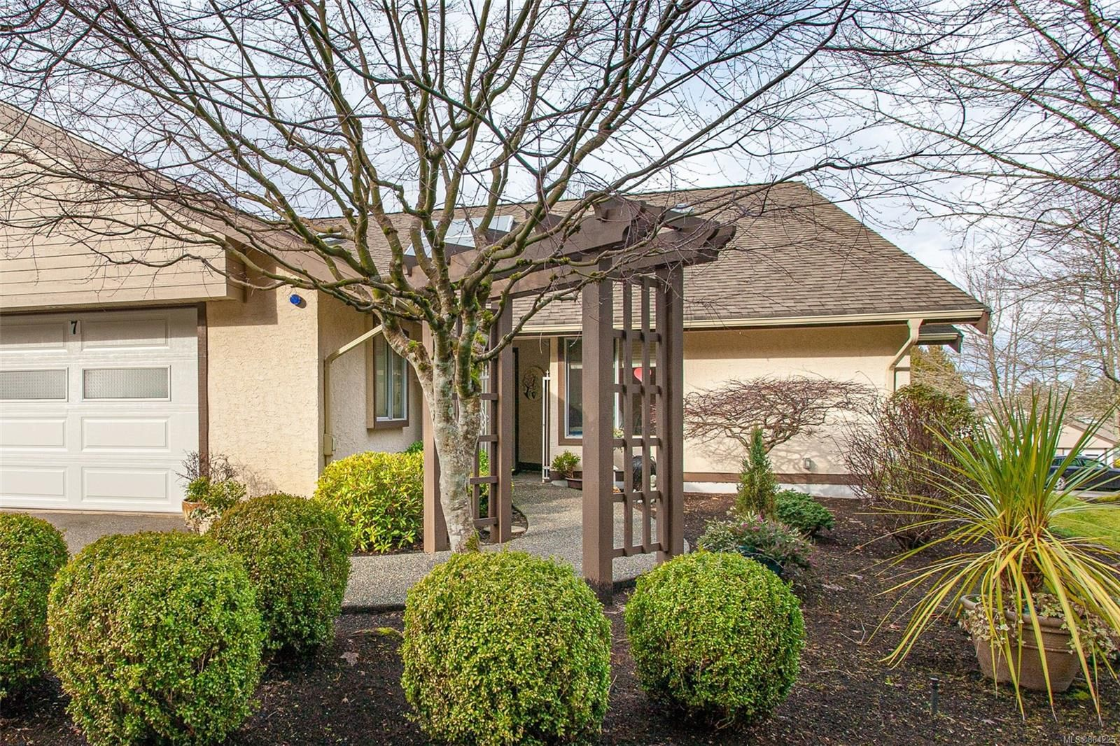 Main Photo: 7 885 S Berwick Rd in : PQ Qualicum Beach Row/Townhouse for sale (Parksville/Qualicum)  : MLS®# 864225