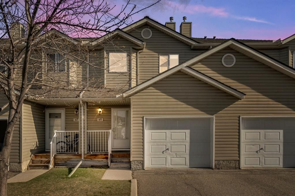 Beautiful townhouse with single attached garage in McKenzie Lake