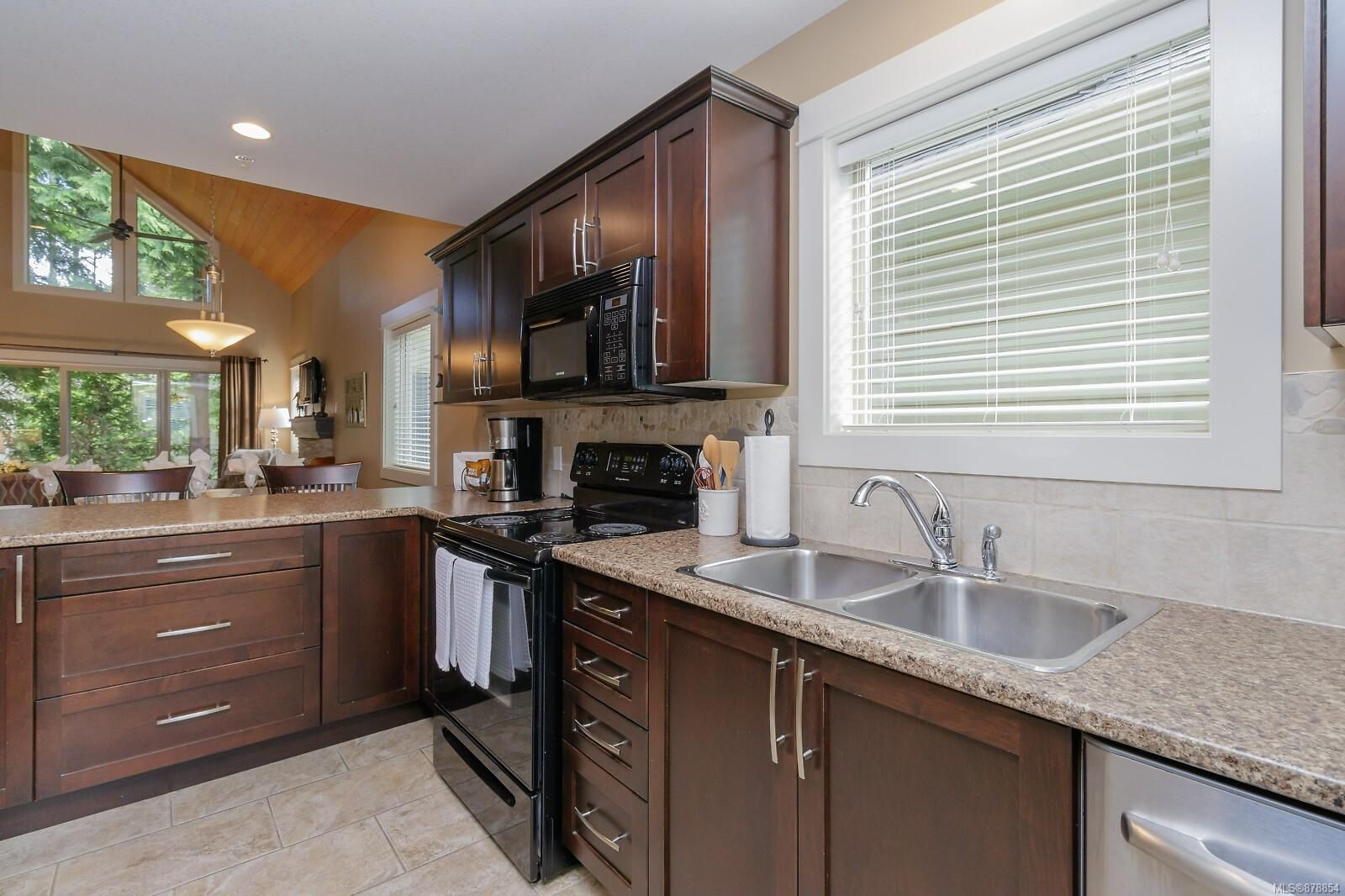 Photo 5: Photos: 223 1130 Resort Dr in : PQ Parksville Row/Townhouse for sale (Parksville/Qualicum)  : MLS®# 878854