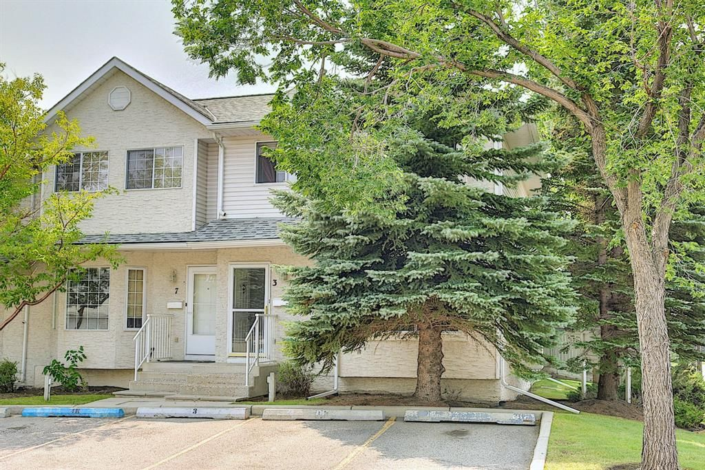 Main Photo: 3 Bedford Manor NE in Calgary: Beddington Heights Row/Townhouse for sale : MLS®# A1134709