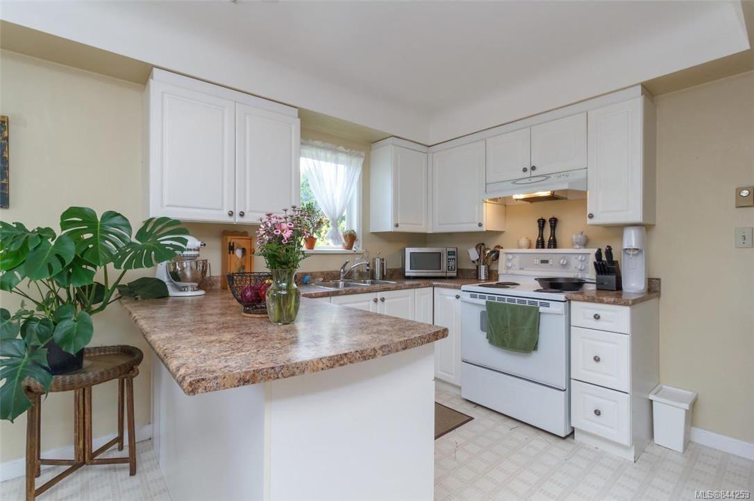 Photo 8: Photos: 2546 Garden St in Victoria: Vi Oaklands Full Duplex for sale : MLS®# 844253