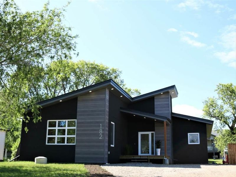 FEATURED LISTING: 182 9th Avenue West Souris