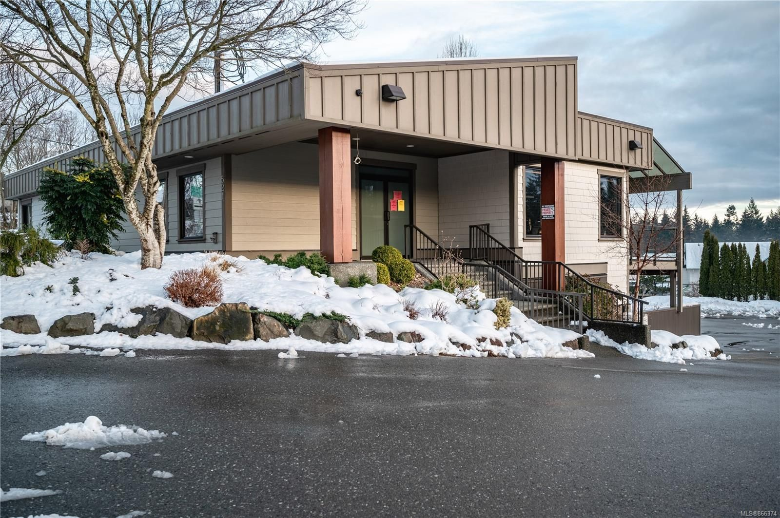 Main Photo: 521 Rockland Rd in : CR Willow Point Mixed Use for lease (Campbell River)  : MLS®# 866374