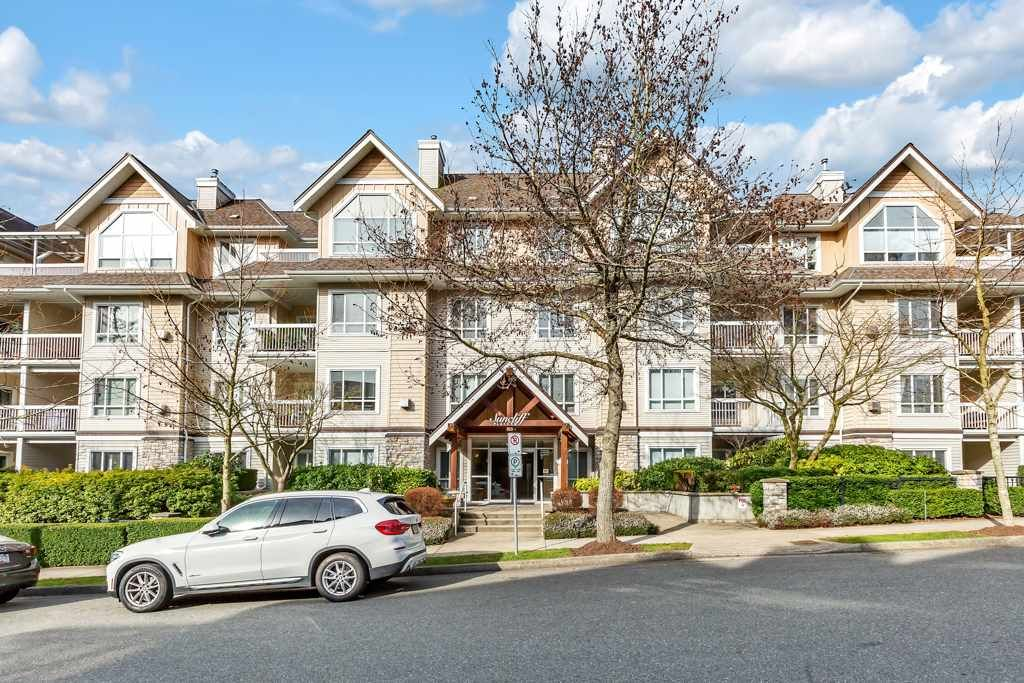 "Main Photo: 404 1685 152A Street in Surrey: King George Corridor Condo for sale in ""SUNCLIFF PLACE"" (South Surrey White Rock)  : MLS®# R2552186"