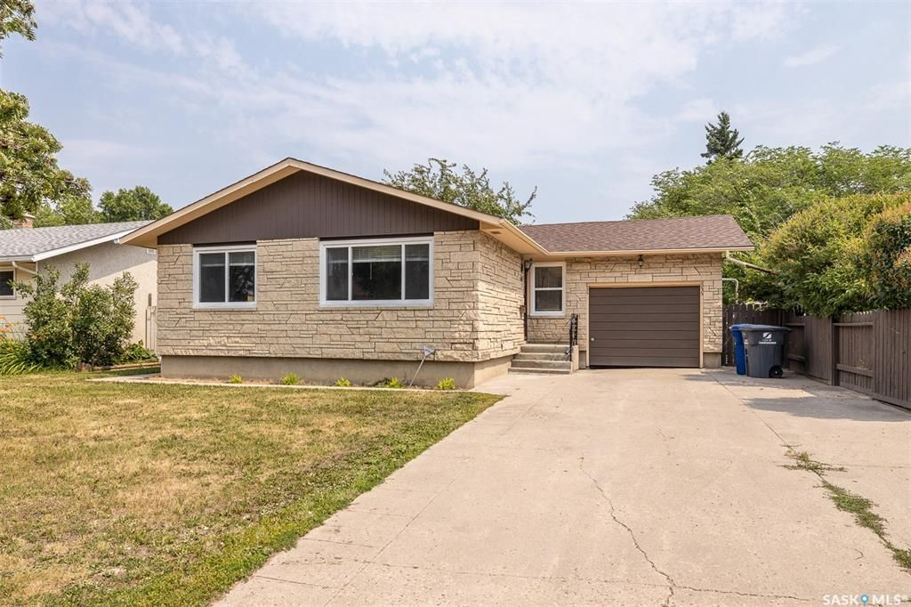 Main Photo: 635 ACADIA Drive in Saskatoon: West College Park Residential for sale : MLS®# SK864203