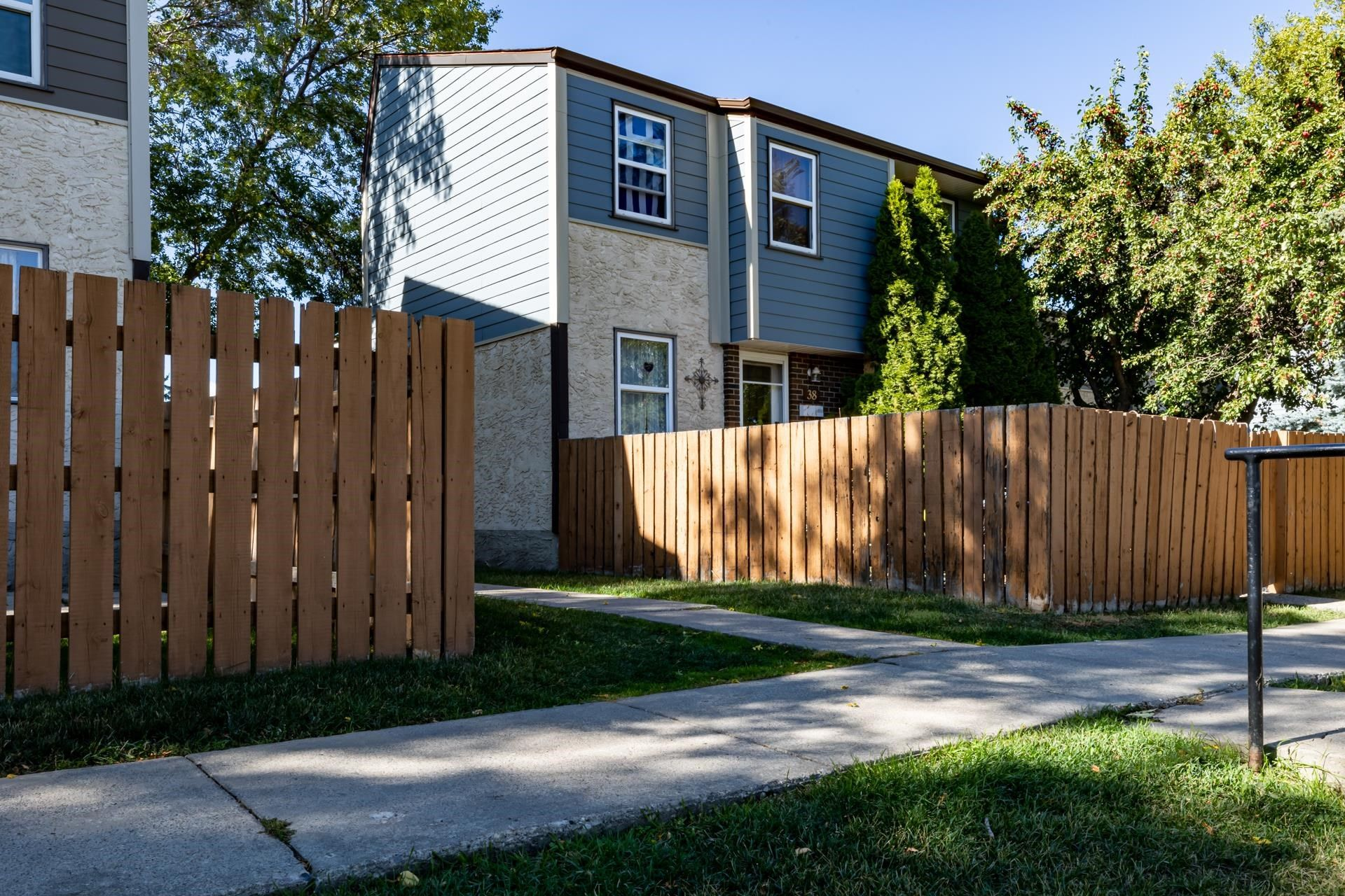Main Photo: 38 WILLOWDALE Place NW in Edmonton: Zone 20 Townhouse for sale : MLS®# E4263337