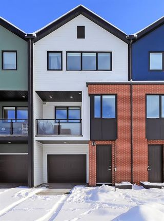 Photo 2: 84 17 Street NW in Calgary: Hillhurst Row/Townhouse for sale : MLS®# A1067122