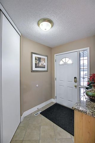 Photo 5: 813 Applewood Drive SE in Calgary: Applewood Park Detached for sale : MLS®# A1076322