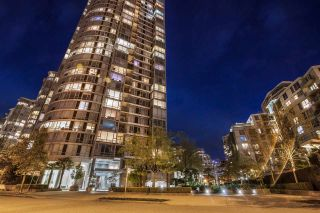 """Main Photo: 2301 1033 MARINASIDE Crescent in Vancouver: Yaletown Condo for sale in """"QUAY WEST"""" (Vancouver West)  : MLS®# R2373254"""