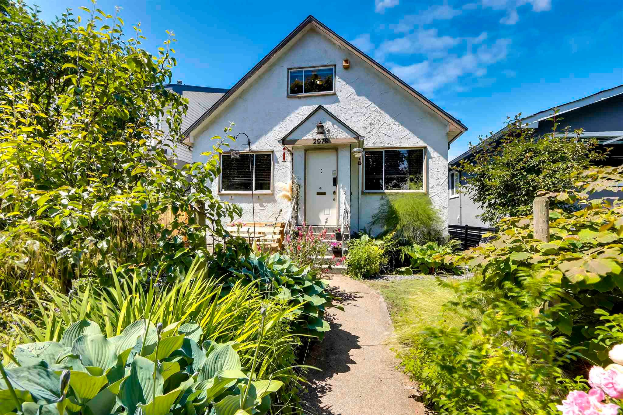 Main Photo: 2979 VICTORIA Drive in Vancouver: Grandview Woodland House for sale (Vancouver East)  : MLS®# R2595184