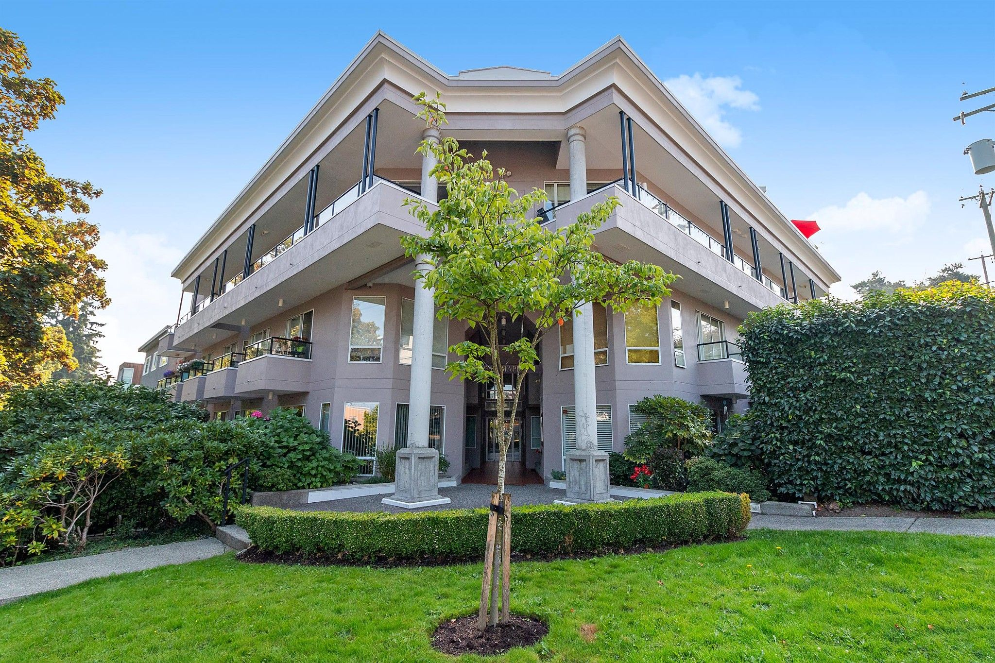 """Main Photo: 311 1988 MAPLE Street in Vancouver: Kitsilano Condo for sale in """"THE MAPLES"""" (Vancouver West)  : MLS®# R2497159"""