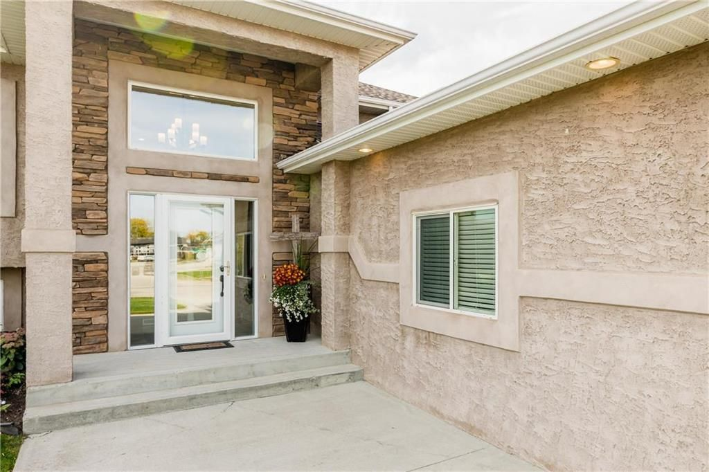 Photo 2: Photos: 18 JUNIPER Avenue in Steinbach: Southwood Residential for sale (R16)  : MLS®# 202024800