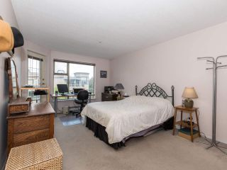 """Photo 18: 406 74 RICHMOND Street in New Westminster: Fraserview NW Condo for sale in """"Governors Court"""" : MLS®# R2407457"""