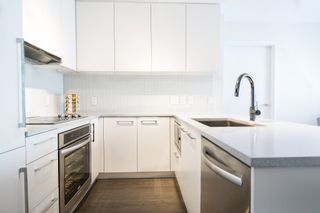 """Photo 4: 1012 668 COLUMBIA Street in New Westminster: Quay Condo for sale in """"TRAPP + HOLBROOK"""" : MLS®# R2137000"""