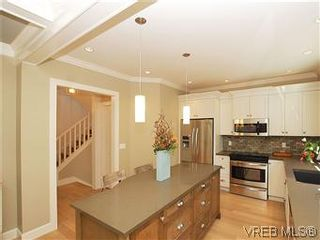 Photo 6: 211 Robertson St in VICTORIA: Vi Fairfield East House for sale (Victoria)  : MLS®# 585604