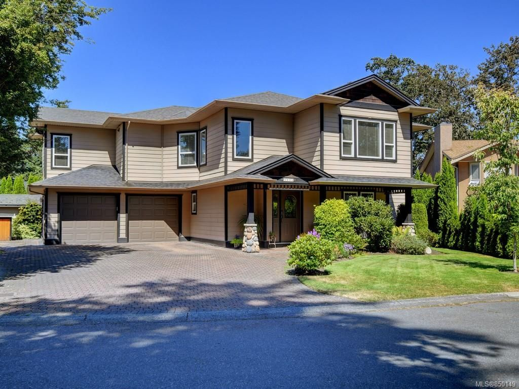 Main Photo: 3975 Blue Ridge Pl in : SW Strawberry Vale House for sale (Saanich West)  : MLS®# 850149