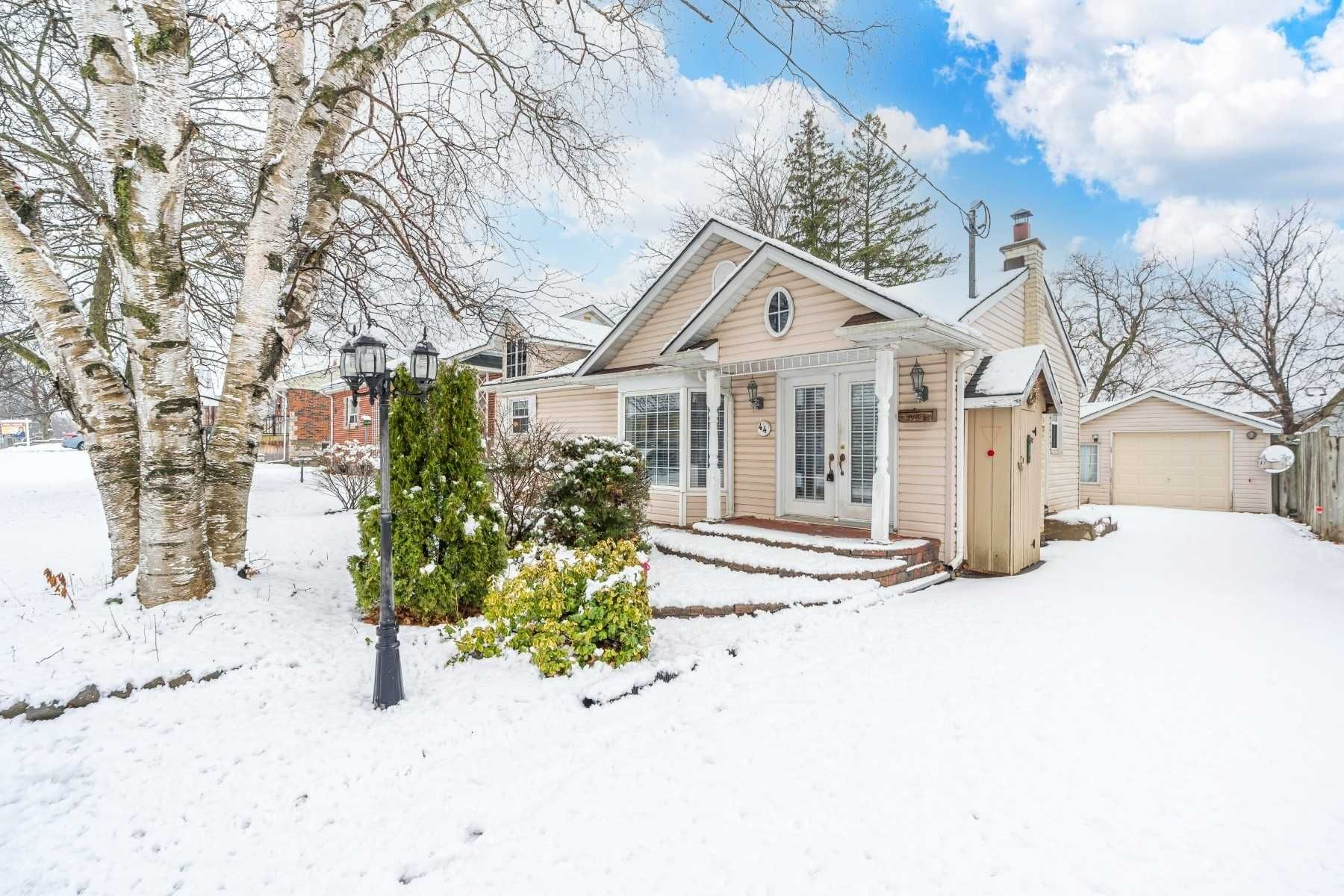 Main Photo: 44 Eastlawn Street in Oshawa: Donevan House (Bungalow) for sale : MLS®# E5061961